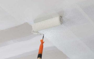 Окрашивание потолка водоэмульсионной краской. Как красить правильно без полос и разводов?