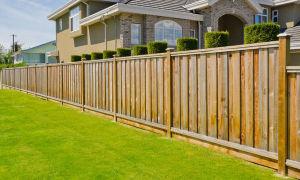 Виды и варианты устройства заборов для частных домов. Какие нормы по установке и размещению?