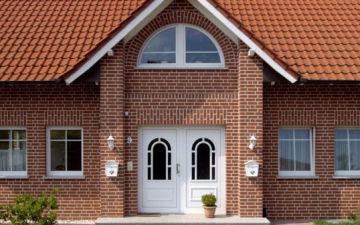 Устройство фасада частного дома из кирпича. Варианты и технология облицовки